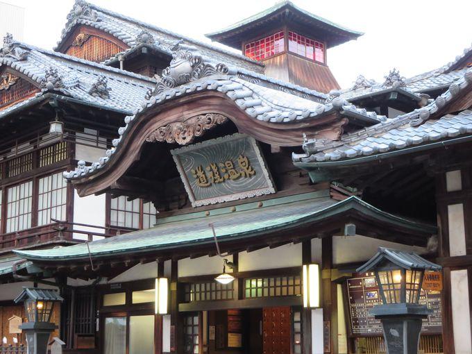 街のシンボル道後温泉本館。