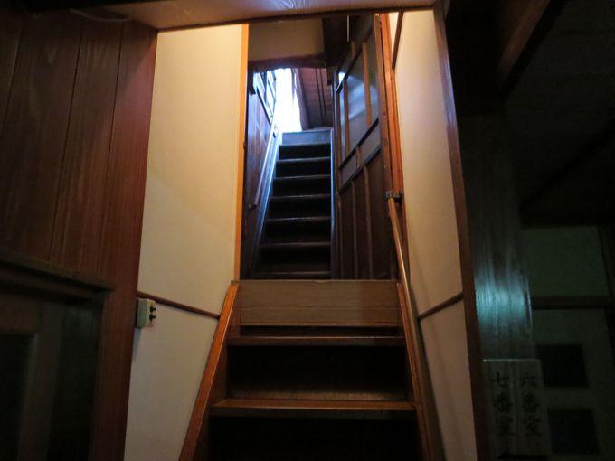 奥の階段を登って。