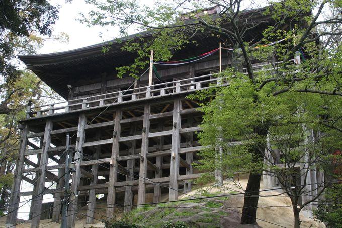 日本唯一の「四方懸造」を見上げる。