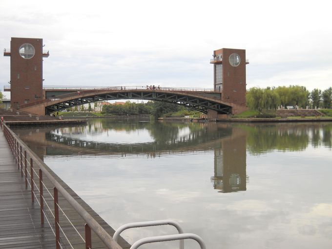 公園のシンボル「天門橋」