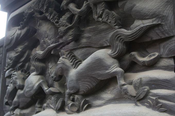 本殿の壁面に施された精巧な彫刻「放駒」
