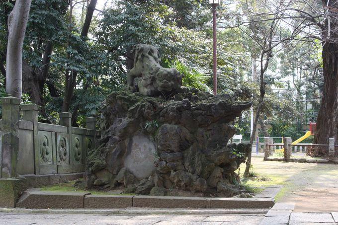 石段を登り切ると、左右に立派な獅子山がある。