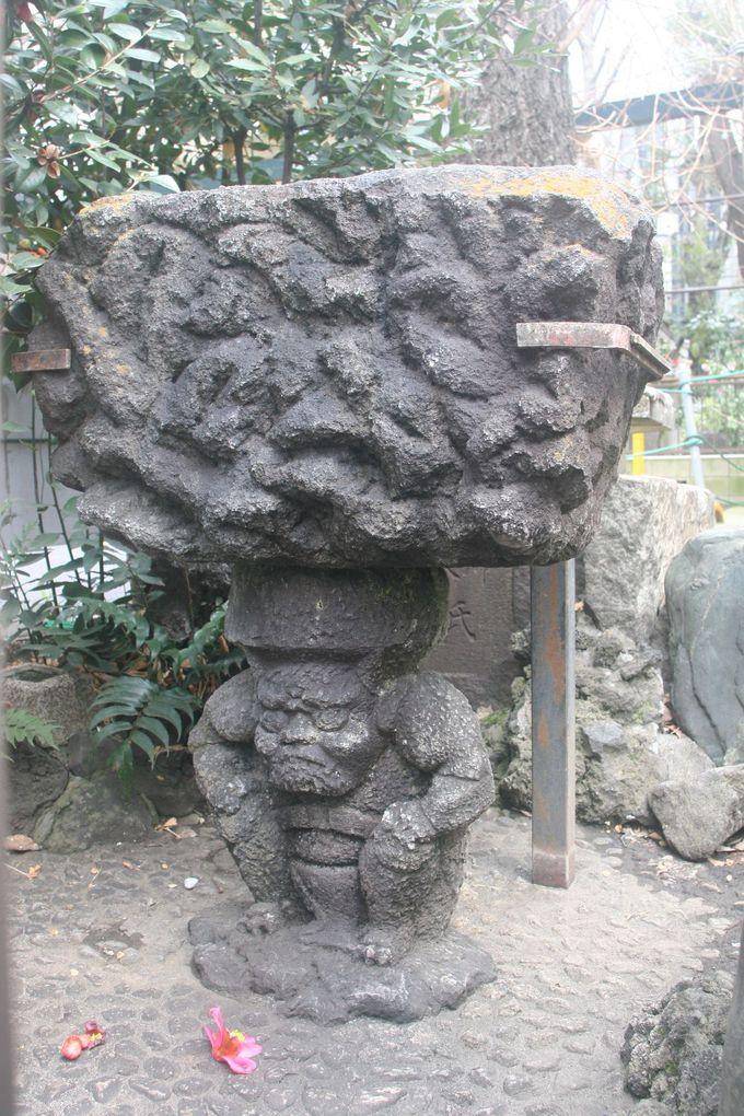 泣く子も黙る!水鉢(新宿区指定有形文化財の彫刻)