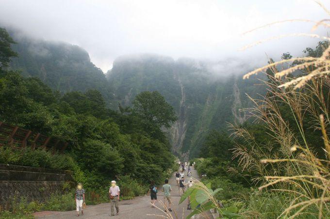 めざす道に屹立する山肌の眺めは、滝の雄大さを期待させる!