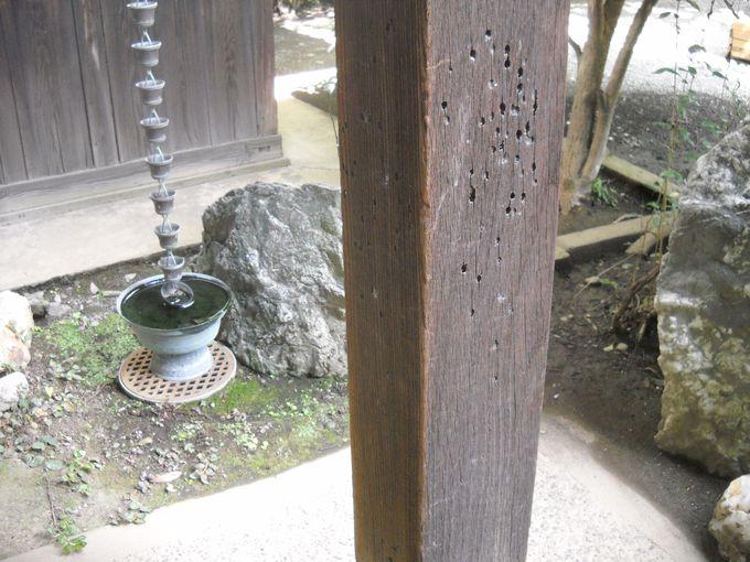 「玄関」の柱に残る、生々しい刀痕!と弾痕!