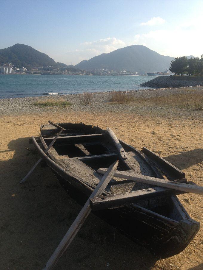 浜辺には打ち捨てられた小舟が…