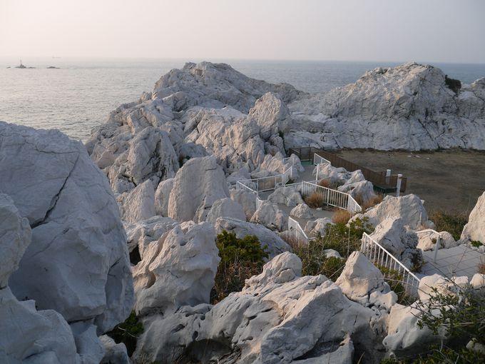 白亜の岩々が赤く染まっていく絶景夕陽スポット