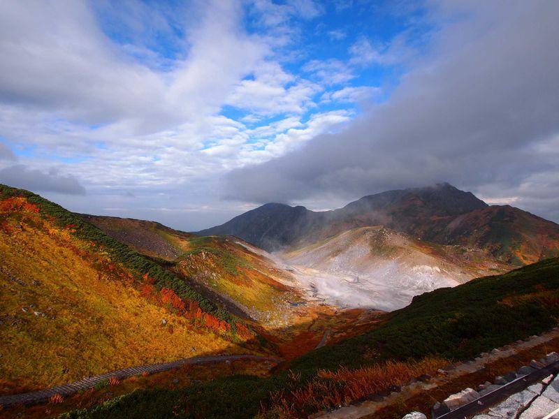 紅葉前線と追いかけっこしよう!!立山黒部アルペンルートの最新秋便り