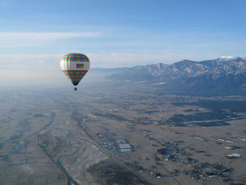 早起きして安曇野の輝く青空へ!!熱気球体験