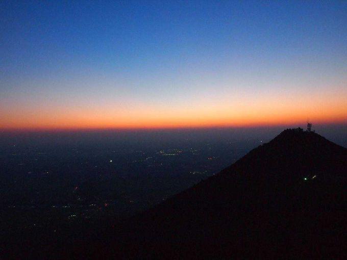 地平線が燃えているような日没直後