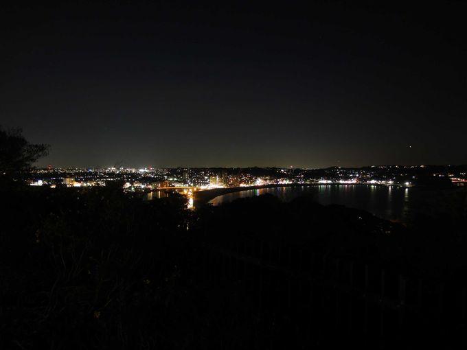 漆黒の海にきらめく宝石のような夜景