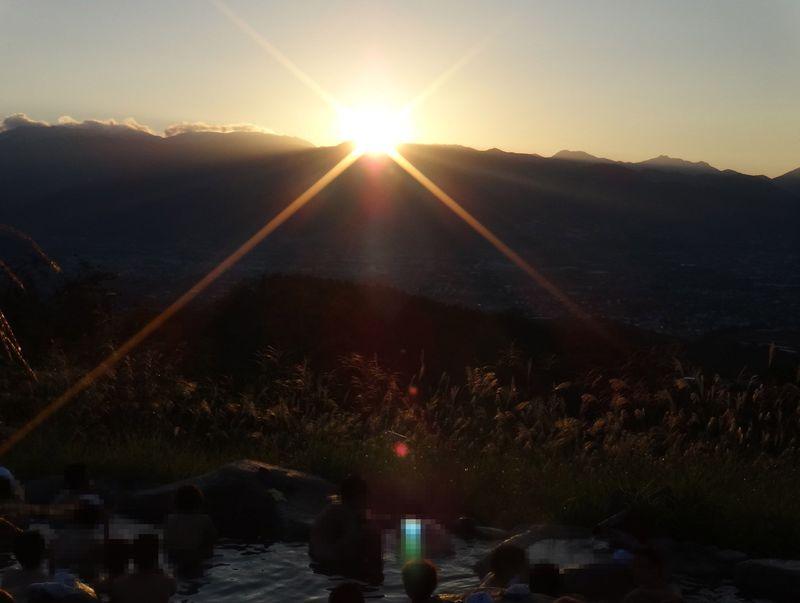 富士山・星空・夜景・朝焼け・日の出を贅沢に堪能できる極上露天風呂 山梨市「ほったらかし温泉」
