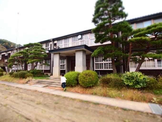立派な2階建木造校舎の旧黒沢中学校