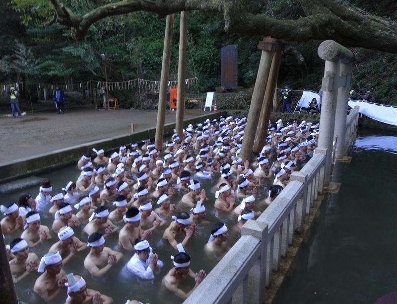 鹿島神宮「大寒禊」は最も寒い日の熱気ある神事!!200人が神秘の池へ入水