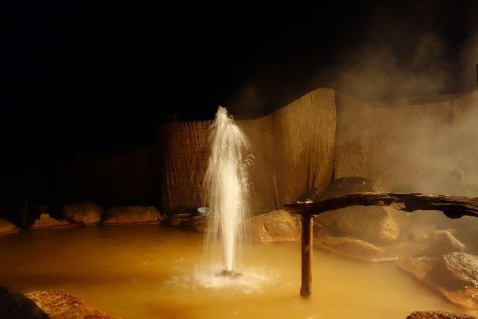夜間ライトアップ!実は、間欠泉が活発な時間帯!