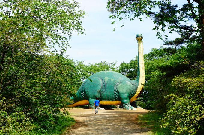 泣き出す子がいるほどリアル!!茂みの中から恐竜が!!
