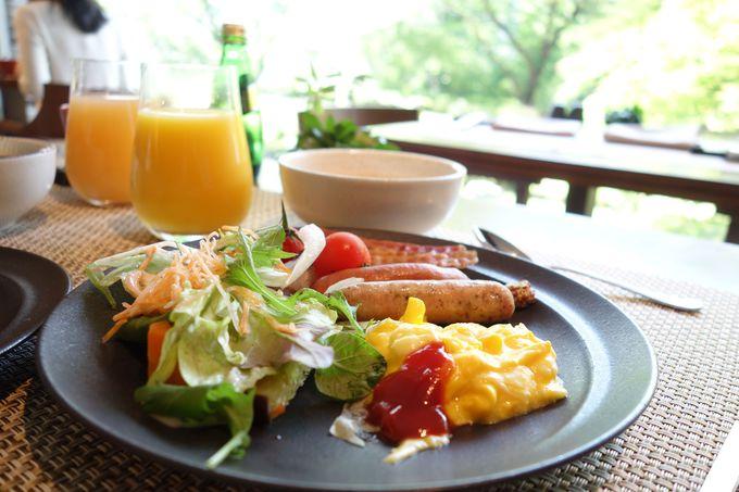 シェフ特性とろ〜りオムレツも!!庭園を眺めながら優雅な朝食