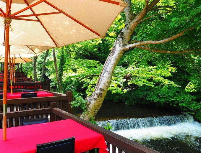 東山温泉を流れる清流・湯川沿いの水辺のダイニング