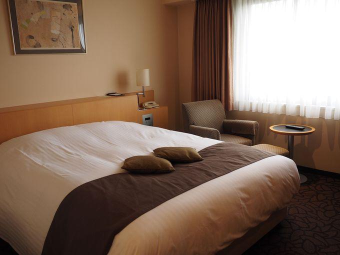 大きな窓と広いデスクが開放的な客室