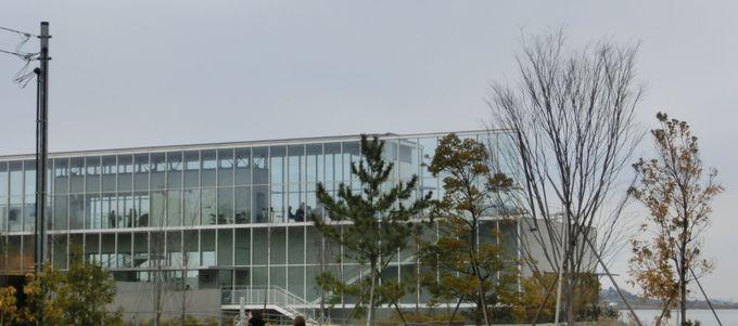 ガラス張りのおしゃれでモダンな外観は、まさに美術館の雰囲気!
