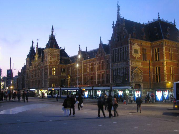アムステルダムはまず駅舎から