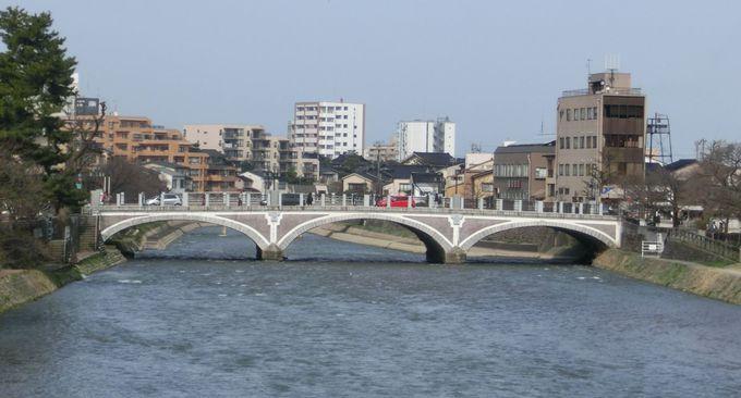 大正ロマンの浅野川大橋、小橋には老舗「飴の俵屋」