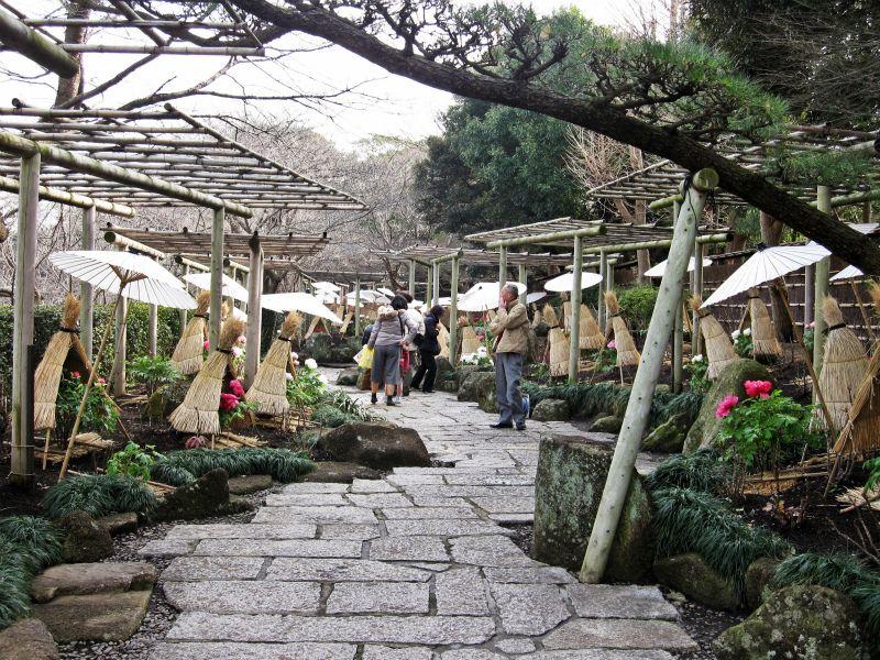 源氏池の池畔にある回遊式和風庭園