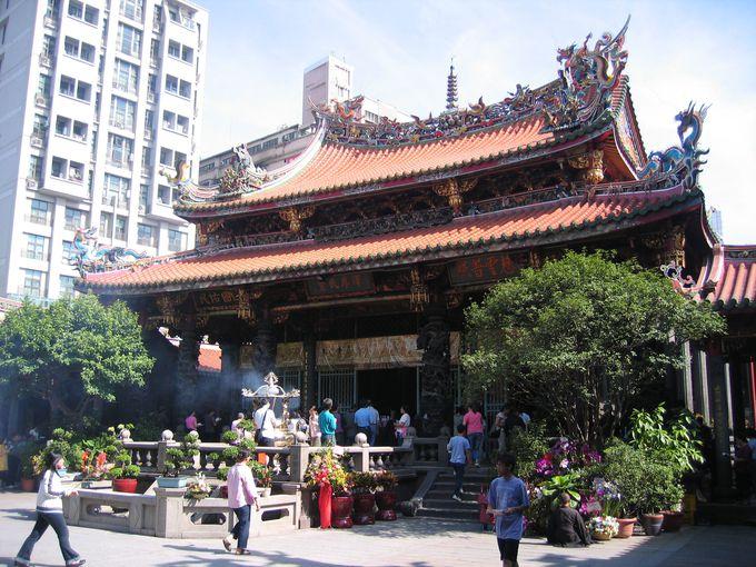 台北でもっとも格式高いお寺「龍山寺」