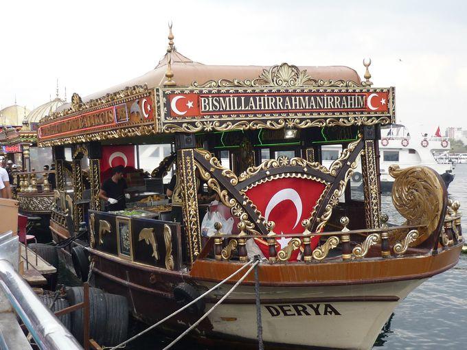 エミノニュ停泊中のド派手な船から買おう!