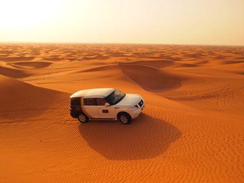ラクダにまたがりいざ砂漠サファリへ