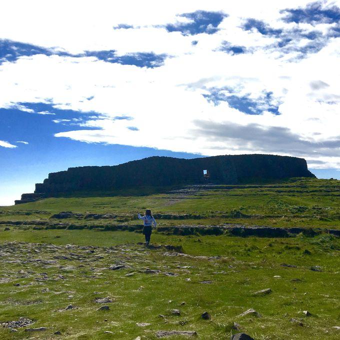 ここが絶景ポイント!いざ約3000年以上前に造られた古代遺跡「ドン・エンガス」へ!