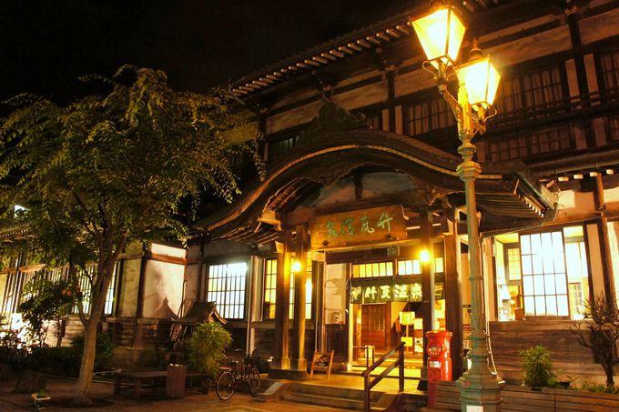 ガス灯に照らされ、風情が際立つ「竹瓦温泉」