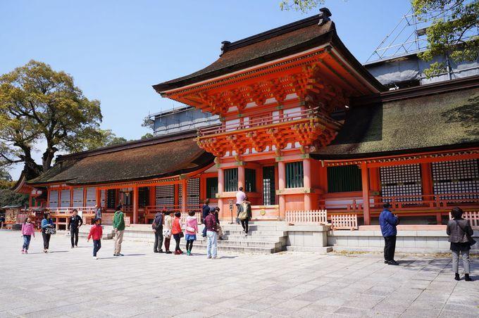 優美な朱色の拝殿と国宝の本殿