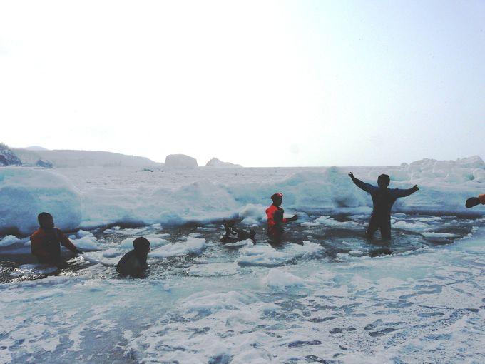 防水カメラをもって流氷の中へ。ウトロでスリル満点の流氷ウォークを体験しよう!
