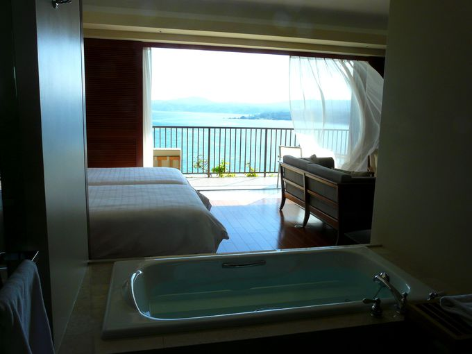 一室54平方m。海を望むラグジュアリーな客室