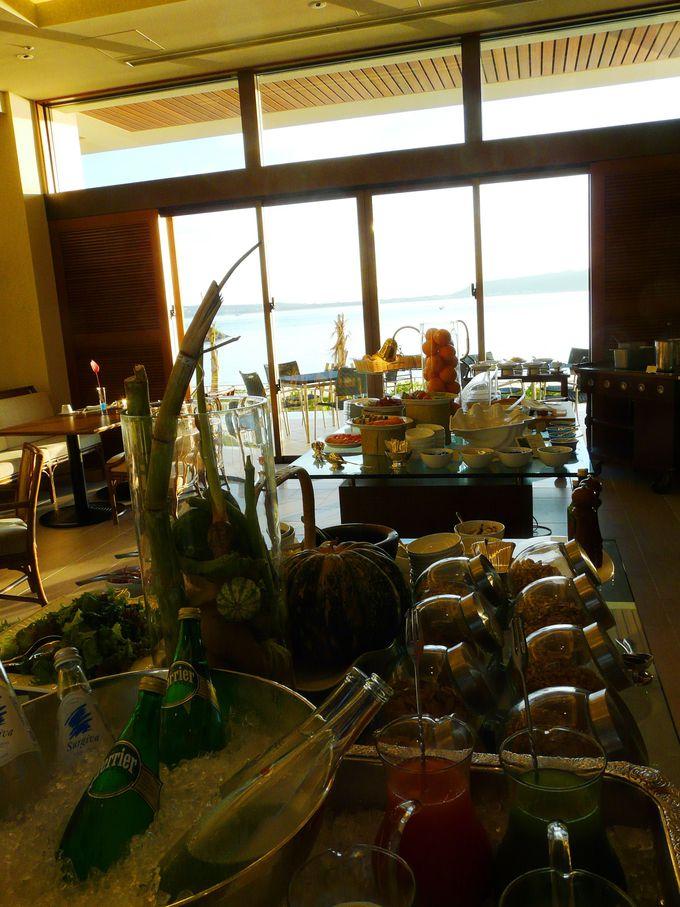 ビュッフェスタイルの朝食もヘルシーで種類豊富