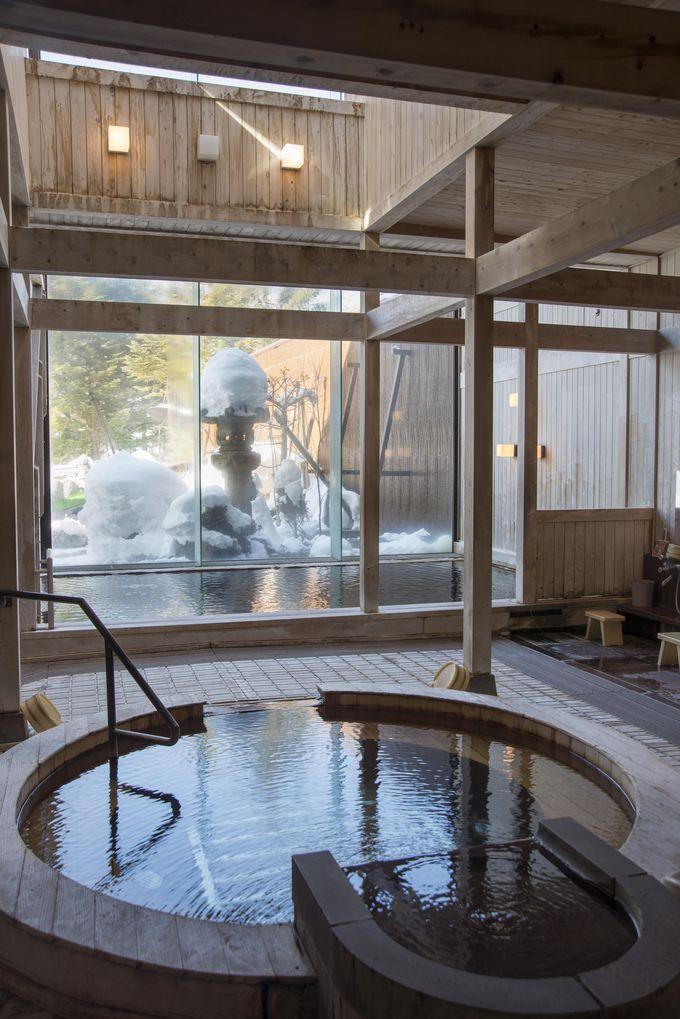 大浴場の内湯は吹き抜けで開放的