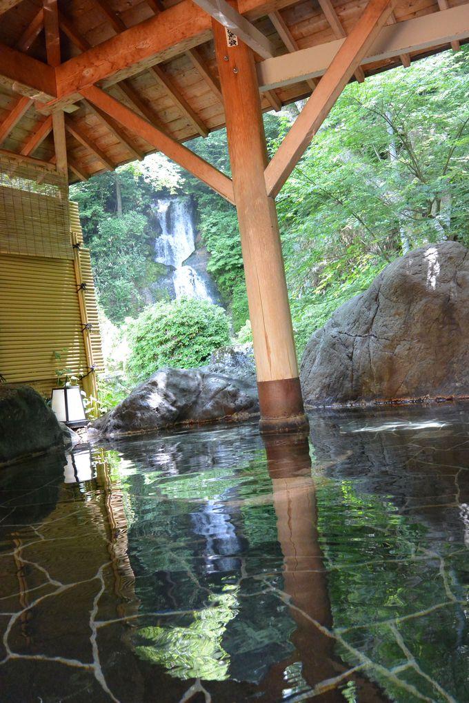 滝を眺めながら野趣溢れる露天風呂に浸かる