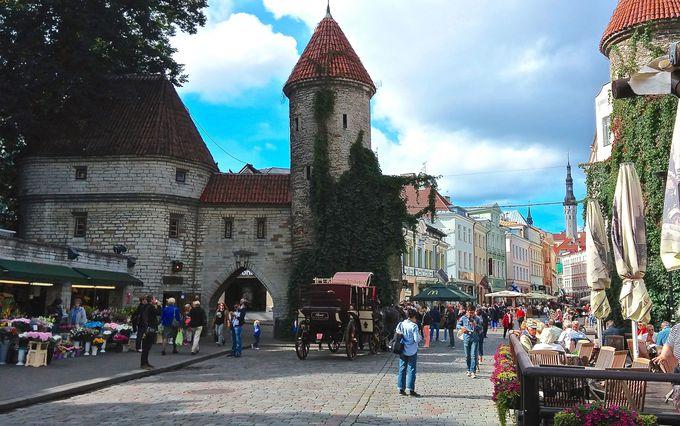 旧市街へは、2つの塔が並ぶヴィル門から入ろう!