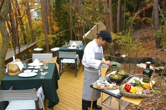 専属シェフによる贅沢な野外料理を楽しむ