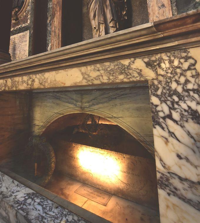 映画『天使と悪魔』にも登場するラファエロの墓をチェック