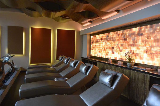 ヒマラヤのピンクソルトが壁を覆うリラクゼーションルーム