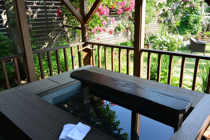 手作りの甘酒や漬物がふるまわれる森のテラスに足湯など、館内散策も楽しい!