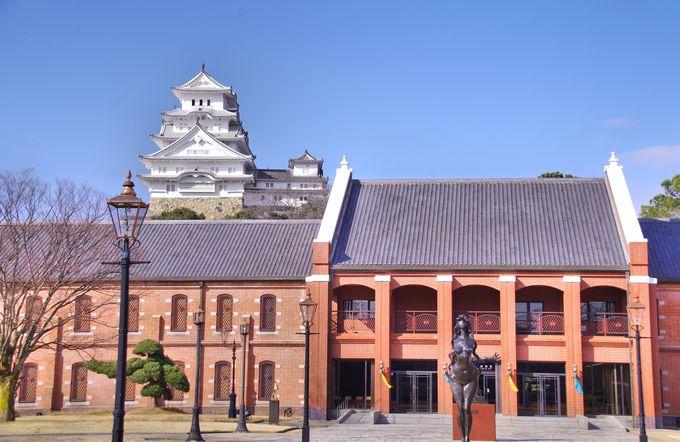 その2・赤レンガの美術館越しに見る姫路城