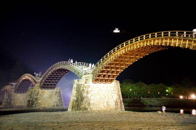 錦帯橋の向こうに浮かぶ城