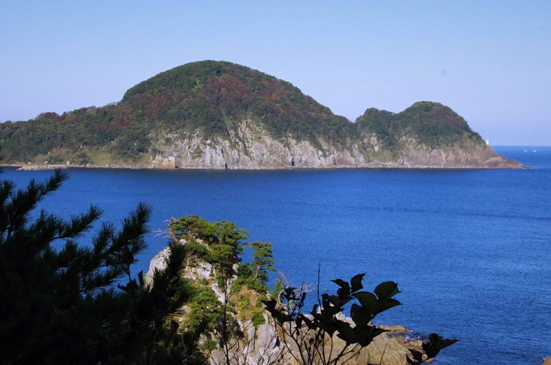 おなかの上、歩けます!キューピーに見える豊岡市竹野浜「猫崎半島」