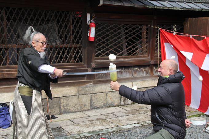 皇族ゆかりの「下御霊神社」境内で、真剣を使ってのサムライショーにハラハラ、ドキドキ!!