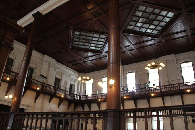 狭い「三条通」から見上げる迫力の「京都文化博物館別館」