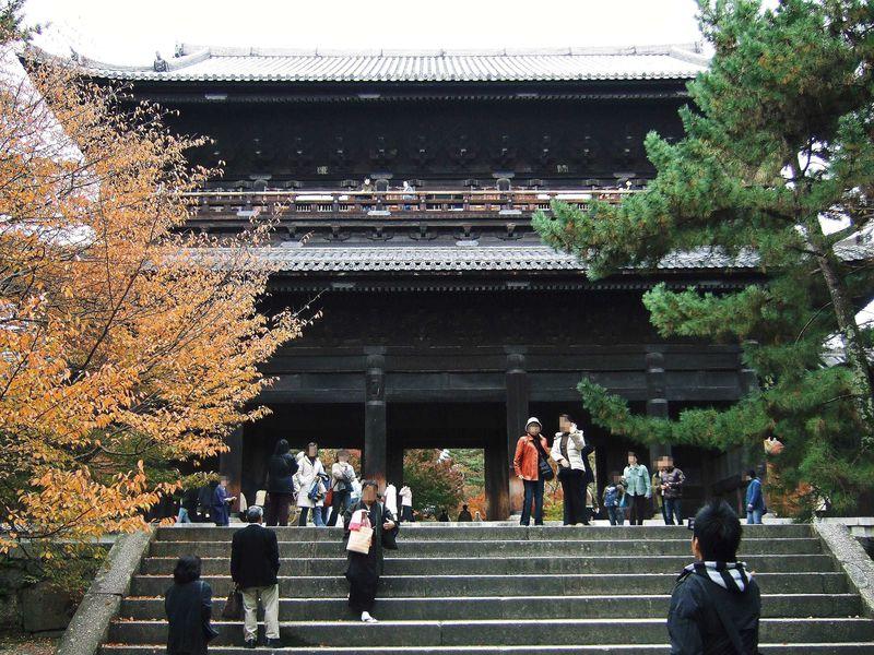 絶景かな、絶景かな 京都南禅寺の三門からの眺めを楽しむ