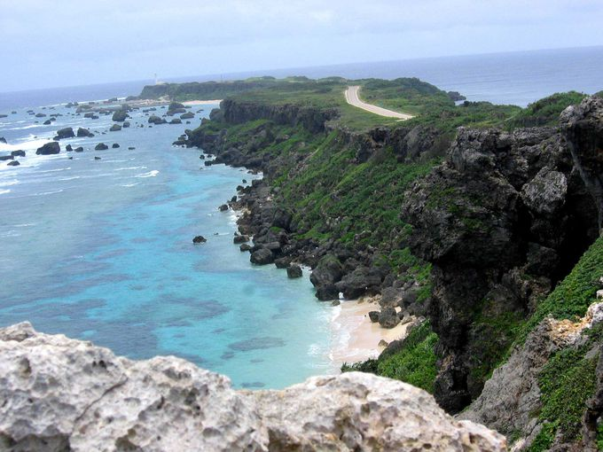崖上から透き通った海の珊瑚が見える岬